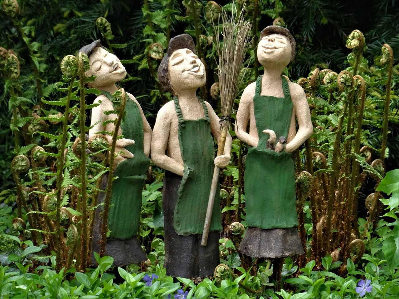 Trois bonhommes en bois représentants des clients heureux